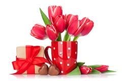 红色郁金香开花花束和礼物盒 图库摄影