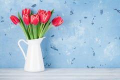 红色郁金香开花花束 库存图片