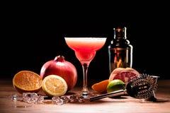 红色酒精玛格丽塔酒饮料用在木桌上的果子 免版税库存照片
