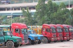 红色重型卡车在深圳 免版税库存照片