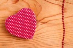 红色重点和小珠链子 免版税图库摄影