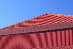 红色金属屋顶的片段 免版税库存图片
