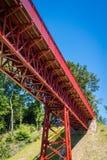 红色金属桥梁在夏天 免版税库存照片