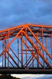 红色金属桥梁 背景蓝色覆盖天空 免版税库存照片