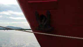 红色金属船弓有生锈的船锚的 股票录像