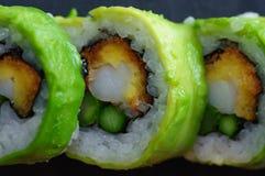红色金枪鱼、三文鱼、鲕梨和黄油寿司卷在板岩盘钓鱼 日本食物 免版税图库摄影