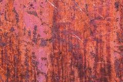 红色钢与削皮油漆的墙壁土气背景 库存照片