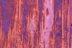 红色钢与削皮油漆的墙壁土气背景 免版税库存图片