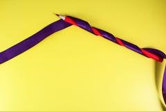 红色铅笔和一条紫色丝带在流行艺术样式 免版税库存图片