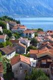 红色铺磁砖的屋顶和庭院在一个小镇在黑山,游人顶视图  库存照片