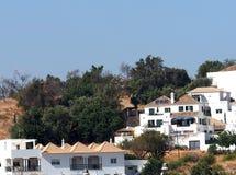 红色铺磁砖的屋顶和白色大厦在Tavira阿尔加威葡萄牙 免版税库存图片