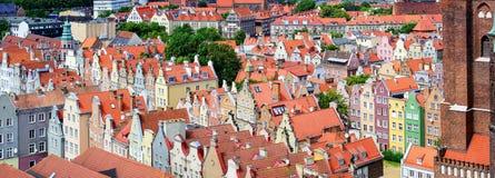 红色铺磁砖的屋顶在老镇格但斯克,波兰 免版税库存照片