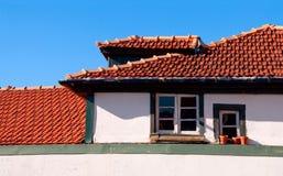 红色铺磁砖的屋顶在老镇波尔图在葡萄牙 免版税库存照片