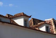 红色铺磁砖的屋顶在Tavira阿尔加威葡萄牙 库存图片