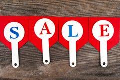 红色销售用在木背景的题字销售标记 库存图片