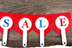 红色销售用在木背景的题字销售标记 库存照片