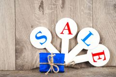 红色销售用在木背景的题字销售标记 免版税库存图片