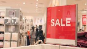 红色销售签署拥挤服装店 在商城的圣诞节促进 4K 影视素材