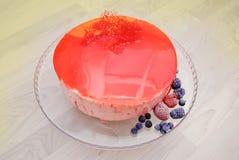 红色镜子没有装饰的给上釉的果子奶油甜点蛋糕 顶视图 被冰的浆果 库存照片