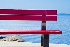红色长凳在希腊 免版税库存图片