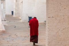 红色长袍的修士在一个修道院里在Punakha,不丹 免版税库存照片