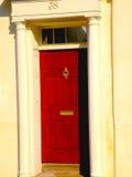 红色门和圆柱状词条在查尔斯顿SC 免版税库存照片