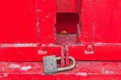 红色门和锁。 免版税库存图片