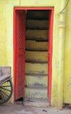红色门和黄色墙壁 免版税库存图片