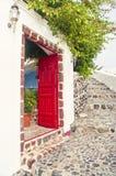 红色门户开放主义有花的传统希腊房子 库存图片