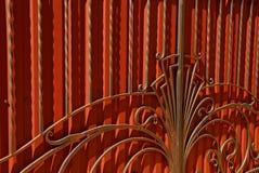 红色门的片段与伪造的酒吧和一个美好的样式的 库存图片