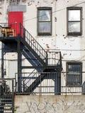 红色门难看的东西公寓 免版税图库摄影