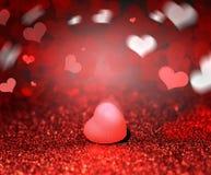 红色闪烁心脏和闪闪发光为与bokeh的情人节 免版税库存照片