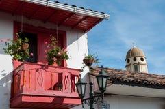 红色阳台和教会的塔 库存图片