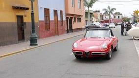 红色阿尔法・罗密欧蜘蛛在利马被驾驶的Duetto 免版税库存照片