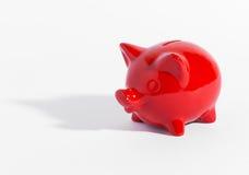 红色陶瓷存钱罐或钱箱在白色 免版税库存照片