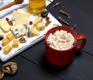 红色陶瓷杯子用热巧克力和蛋白软糖 库存照片