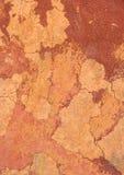 红色难看的东西墙壁表面 破裂的具体纹理特写镜头backgr 免版税库存图片