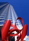 红色雕塑和摩天大楼,达拉斯 库存图片