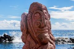 红色雕刻在一moai在复活节岛 免版税图库摄影