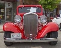 1933红色雪佛兰小轿车正面图 库存照片