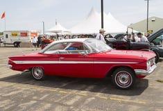 1961红色雪佛兰飞羚侧视图 库存图片