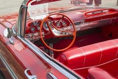 1959红色雪佛兰飞羚敞篷车内部 免版税库存图片