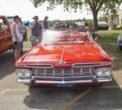 1959红色雪佛兰飞羚敞篷车正面图 免版税库存照片