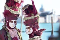 红色面具夫妇在威尼斯狂欢节的  图库摄影