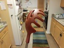 红色面团或面条匙子在厨房里 免版税库存图片