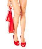红色鞋子的妇女有礼品的 图库摄影
