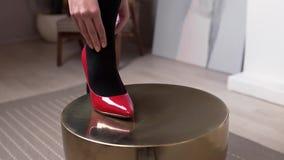 红色鞋子的妇女跑她移交她的在黑长袜、妇女的袜子类、妇女的衣物和辅助部件的腿 股票录像