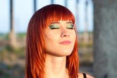 红色顶头性感的streaptease女孩都市具体自毁风景 免版税库存图片