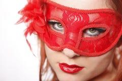 红色顶头妇女佩带的面具 免版税库存照片