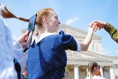 年轻红色顶头妇女舞蹈 免版税库存照片